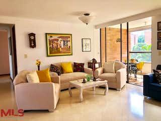 Una sala de estar llena de muebles y una gran ventana en San Giorgio 3