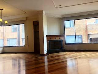 Una sala de estar llena de muebles y una chimenea en Apartamento en bogota Country Club - 157 mts, 2 parqueadero.