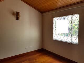 Una habitación que tiene una ventana en ella en Casa de 184m2 en Villa Magdala, Bogotá - con tres alcobas