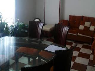 Una sala de estar llena de muebles y una mesa en Edificio