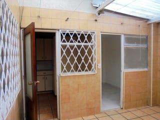 Una cocina con nevera y una ventana en Casa En Venta En Bogota Villa Del Rio