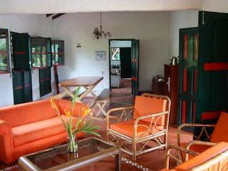 Una sala de estar llena de muebles y una televisión de pantalla plana en Casa campestre en la Vega - 560 mts, 7 habitaciones.