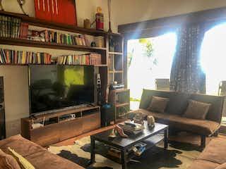 Una sala de estar llena de muebles y una televisión de pantalla plana en Finca de 400m2 en Rionegro, Tablazo - con cuatro habitaciones