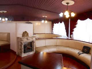 Una sala de estar llena de muebles y una chimenea en Edificio Arkos