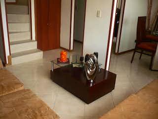Una sala de estar llena de muebles y una chimenea en Apartamento Dúplex de 85m2 en Villas De Aranjuez, Bogotá - muy buenas zonas comunes