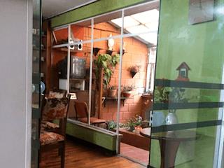 Una habitación llena de muebles y suelos de madera en Casa de 192m2 en Santa Isabel, Bogotá - de dos niveles
