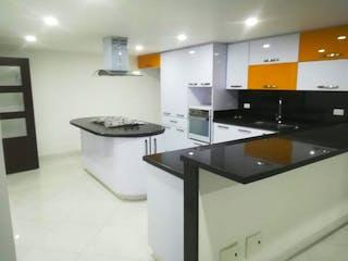 Un cuarto de baño con lavabo y ducha en Casa en Bogota Modelia - 300 mts, 1 parqueadero.