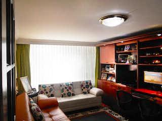 Una sala de estar llena de muebles y una televisión de pantalla plana en Casa En Venta En Bogota Andes Norte
