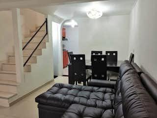 Una sala de estar llena de muebles y una gran ventana en Casa en Zona Franca - 55 mts, 2 habitaciones.