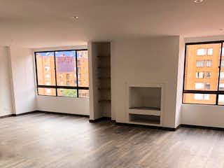 Una sala de estar con suelos de madera dura y una ventana en NELEKONAR