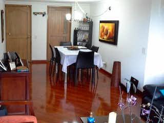 Una sala de estar llena de muebles y una mesa de madera en Apartamento en venta en Usaquen - Tres alcobas