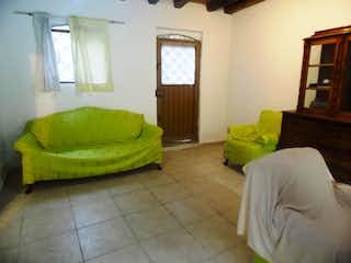 Una cama sentada en un dormitorio junto a una ventana en Casa En Venta En Bogota Santa Isabel-Martires