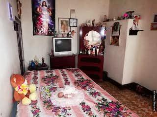 Un dormitorio con una cama y un televisor en No aplica