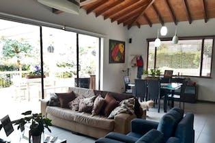 Casa en Loma Del Escobero - Poblado, en una zona muy campestre.