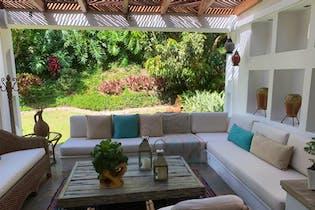 Casa en Loma de los Benedictinos - Envigado, cuenta con dos niveles mas nivel de garajes
