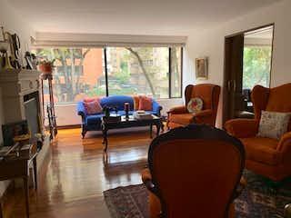 Una sala de estar llena de muebles y una ventana en Apartamento de 174m2 en el Retiro, Bogotá - con tres habitaciones