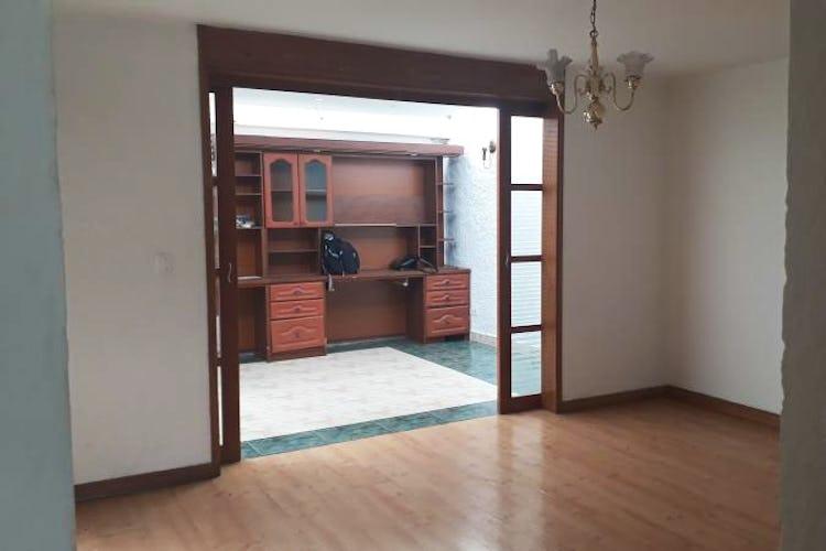 Portada Casa En Bogota - Niza Norte, cuenta con cuatro habitaciones