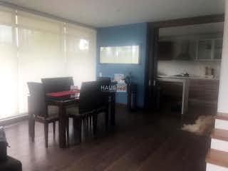 Una sala de estar llena de muebles y una televisión de pantalla plana en Casa en Palo de Agua, Cota - Tres alcobas