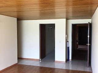 Una habitación con suelo de madera y paredes blancas en Apartamento en Portales del Norte, Suba - Tres alcobas
