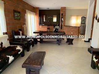 Una sala de estar llena de muebles y un piano en VILLA SOFIA 28