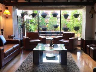 Una sala de estar llena de muebles y una gran ventana en Casa En Bogota - Niza Norte, con dos niveles  y cuatro alcobas