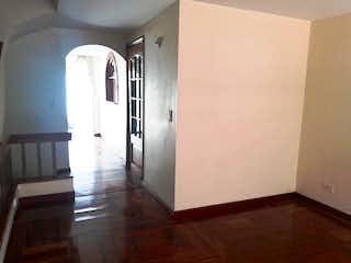 Una cocina con nevera y fregadero en Casa en Cedritos - Bogota, cuenta con tres habitaciones