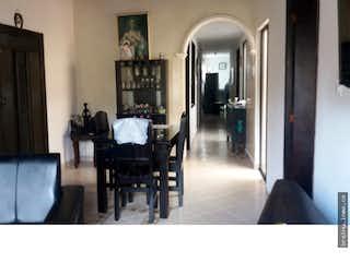Una sala de estar llena de muebles y una mesa en Casa en venta en Aragon, San Antonio de Prado.