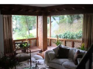 Una sala de estar llena de muebles y una gran ventana en  Balcones de Lindaraja