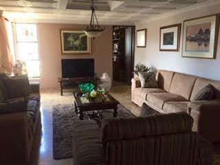 Una sala de estar llena de muebles y una chimenea en  EDIFICIO AGUACATALA