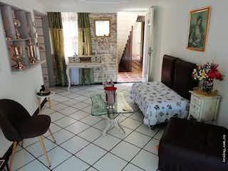 Una sala de estar llena de muebles y una chimenea en Apartamento en venta en Las Chimeneas, Itagui.
