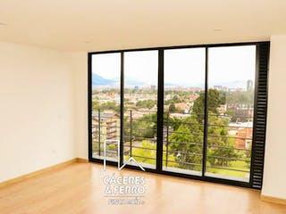 Una gran ventana con una vista de la ciudad en Conjunto