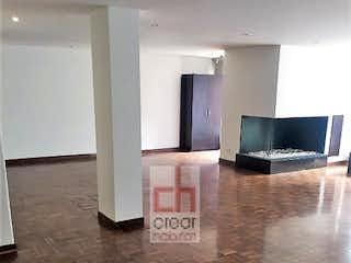 Una vista de una sala de estar con una televisión en la pared en Apartamento en venta en Rosales de tres habitaciones