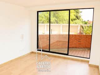 Un baño con una ventana y una puerta de cristal en Conjunto