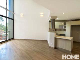 Una gran cocina blanca con un gran ventanal en Apartamento en Rosales, Chico - Dos alcobas