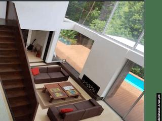 Una sala de estar llena de muebles y una televisión de pantalla plana en Casa en Las Palmas - 3.100 mts, 2 parqueaderos.