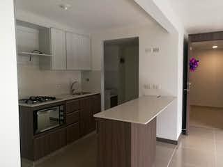 Una cocina con una estufa de fregadero y nevera en Apartamento de 80m2 en El Chingui, Envigado - con dos habitaciones