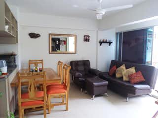 Una sala de estar llena de muebles y una televisión de pantalla plana en Apartamento en Santa Fe de Antioquia - 72mt, tres alcobas, balcón