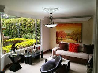 Una sala de estar llena de muebles y una gran ventana en Casa en Zuñiga - Envigado, cuenta con tres niveles.