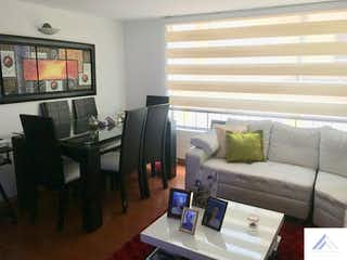 Una sala de estar llena de muebles y una televisión de pantalla plana en Apartamento en San Gabriel, Usaquen - Tres alcobas