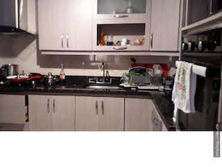 Una cocina con una estufa de fregadero y nevera en Apartamento en venta en La Magnolia, Envigado.