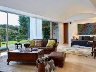 Una sala de estar llena de muebles y una gran ventana en Casa en el Retiro - 5 habitaciones
