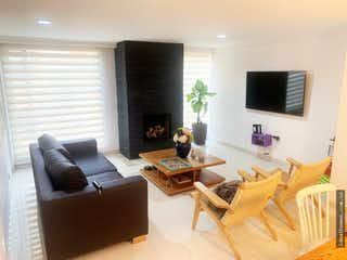 Una sala de estar llena de muebles y una televisión de pantalla plana en Apartamento en venta en San Patricio, 127m²