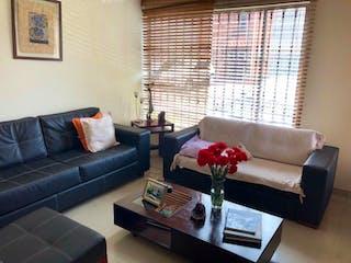 Una sala de estar llena de muebles y una ventana en Casa en Modelo, Barrios Unidos - Tres alcobas