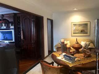 Una sala de estar llena de muebles y una televisión de pantalla plana en Apartamento de 990m2 en La Cabrera, Bogotá - con cinco habitaciones
