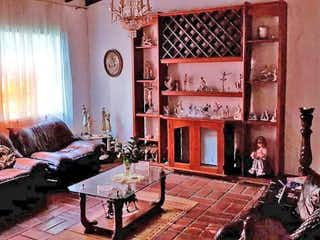 Una sala de estar llena de muebles y una chimenea en Casa en Conquistadores, Laureles con 10 habitaciones, piso 2 - 550 mt2.