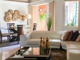 Una sala de estar llena de muebles y una gran ventana en Apartamento en belén - 220 mts, 1 parqueadero.