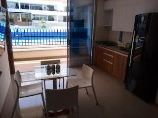 Una sala de estar llena de muebles y una ventana en Apartaestudio de 46m2 en San Jerónimo - con alcoba independiente