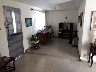 Una sala de estar llena de muebles y una chimenea en Casa en santa monica - 118 mts, 5 alcobas.