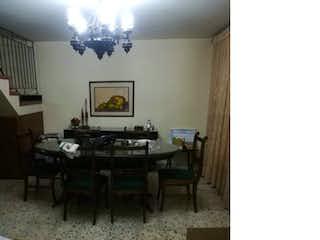 Una sala de estar llena de muebles y una pintura en Casa en Calasanz, La America con 2 niveles y 4 habitaciones - 295 mt2.