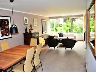 Una sala de estar llena de muebles y una gran ventana en Apartamento de 138m2 en Chicó Navarra, Bogotá - con tres habitaciones